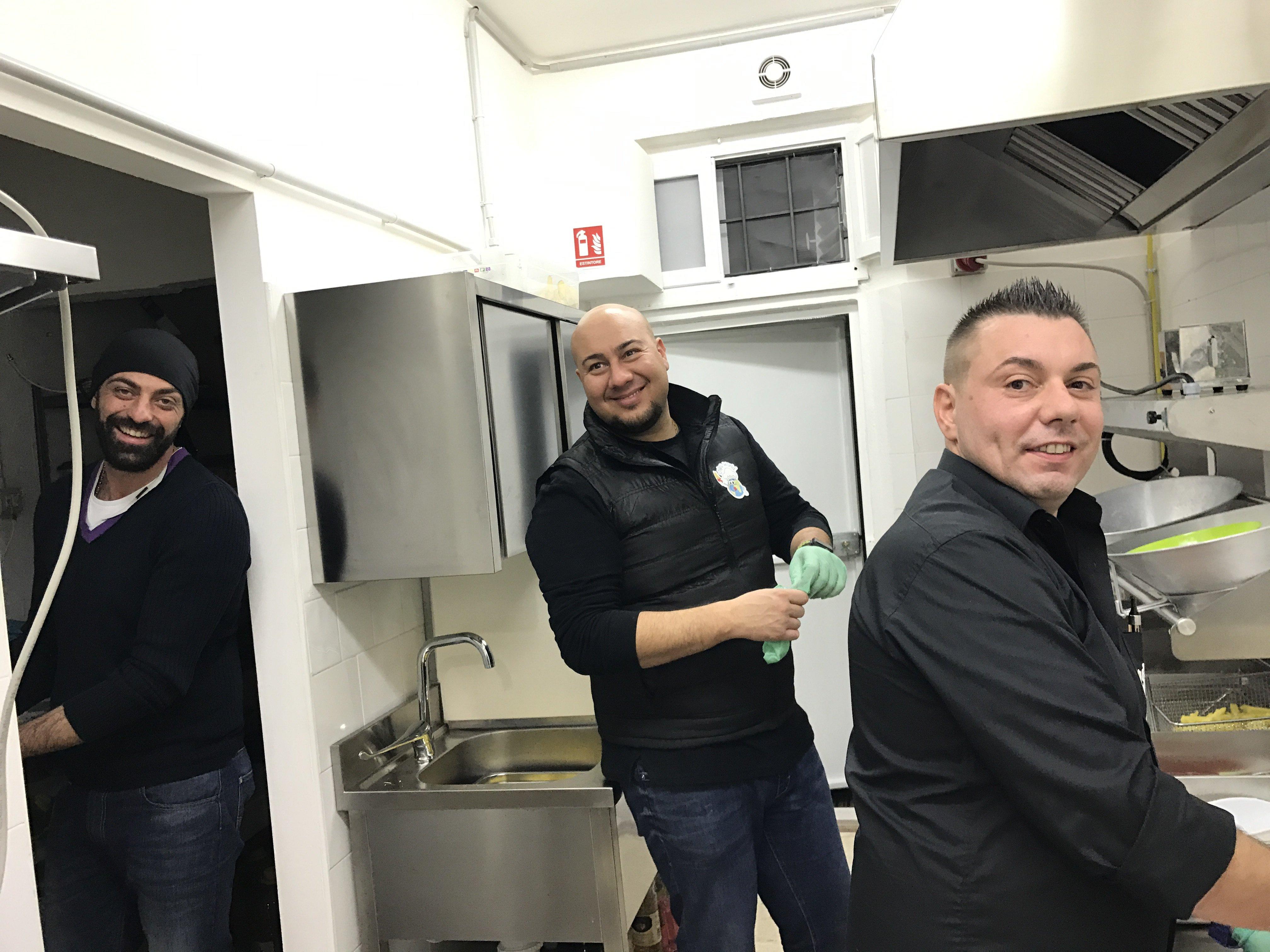 tre persone a lavoro presso chips word