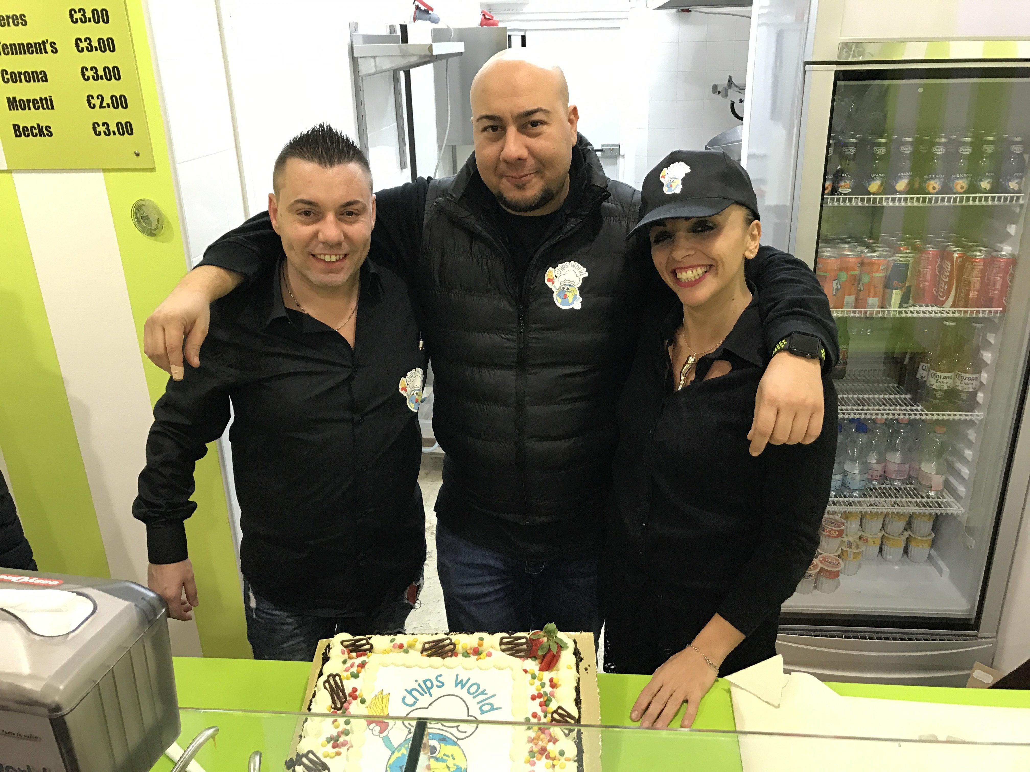 3 persone in posa per la foto presso Chips Word