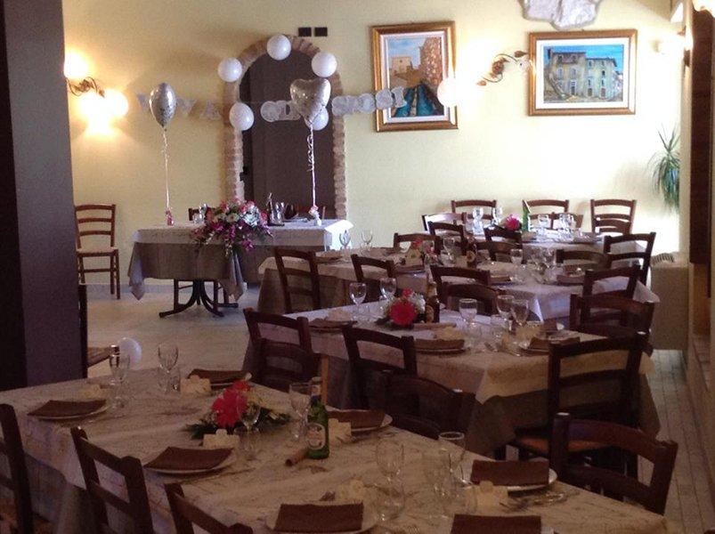 tavoli apparecchiati e decorati con dei palloncini e  dei fiori
