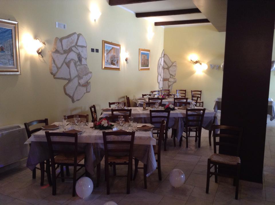Tavoli apparecchiati e decorati con fiori e palloncini sul pavimento