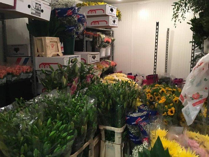 Una stanza con un insieme di vari bouquet