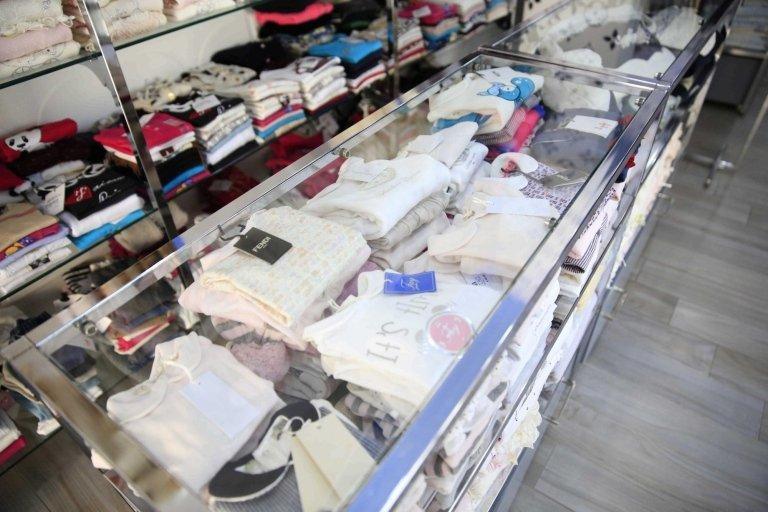 Vestiti sugli scaffali nel negozio di modo