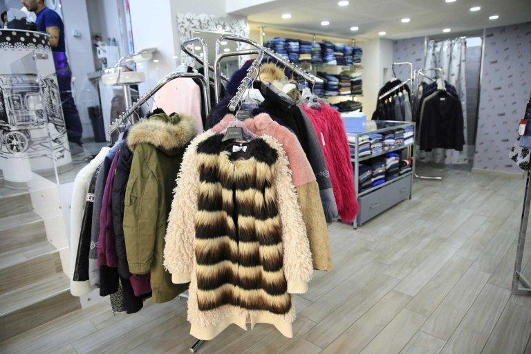 giacche donna su appendiabiti in negozio di abbigliamento