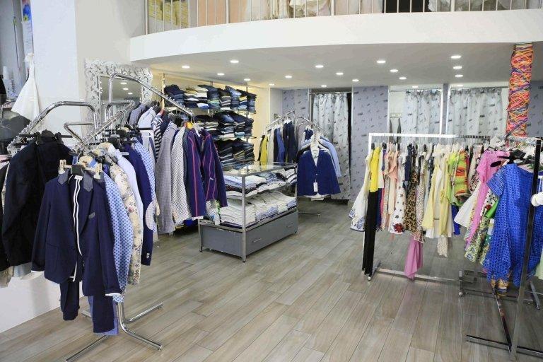 vista interna di un negozio per abbigliamento uomo e donna