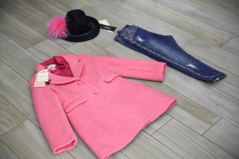 cappotto, pantalone blu e cappello nero