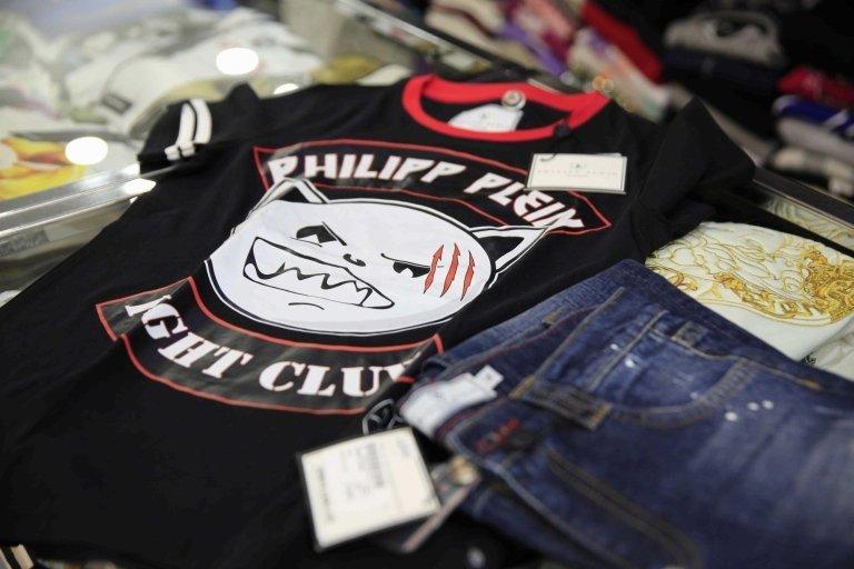 jeans e maglietta nera
