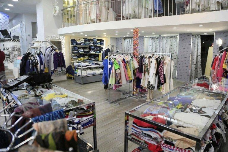 vista interna di un negozio con abbigliamento firmato bambini e accessori dei negozio vestiti
