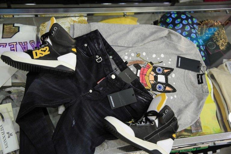 pantalone, scarpe e maglietta per bambini