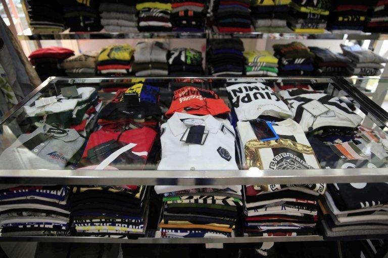 pila di vestiti per mostra in scaffalatura