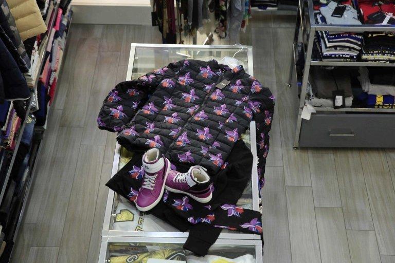 stivali viola con giacca su un bancone di negozio