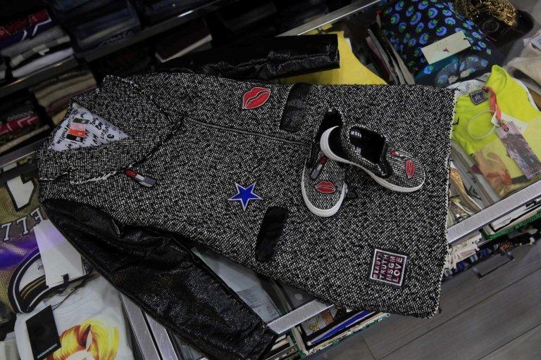 cappotto, scarpe e accessori abbigliamento sul bancone di negozio