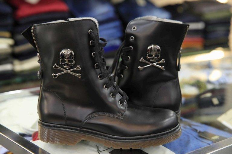 stivali nero su un bancone di negozio