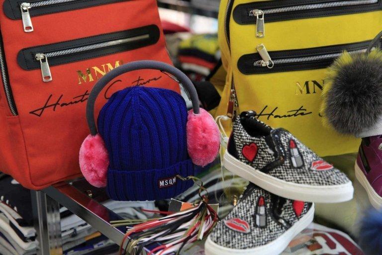 scarpe, cappello e borse posteriori in mostra con accessori di abbigliamento