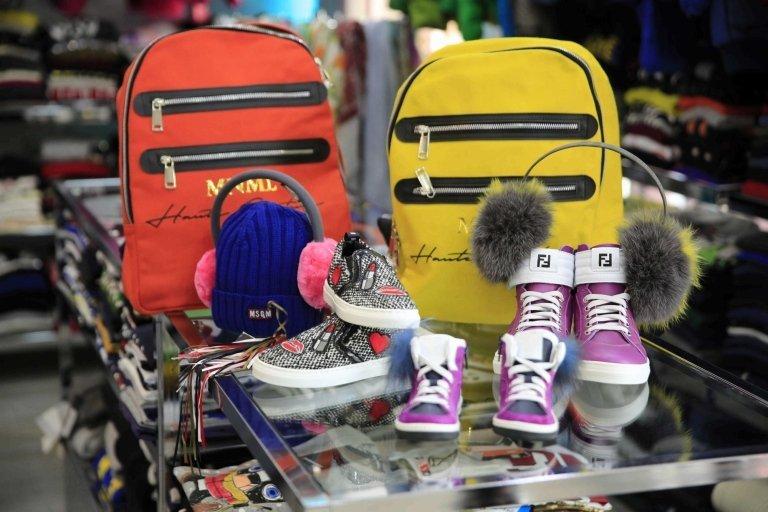 scarpe e borse posteriori in mostra con accessori di abbigliamento