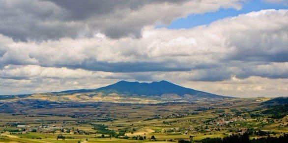 paesaggio di una valle e una montagna