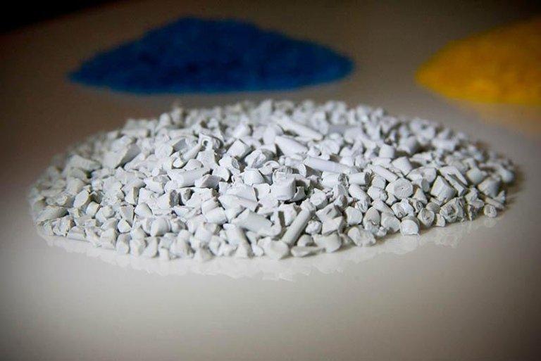 materiale plastico reciclata grigio