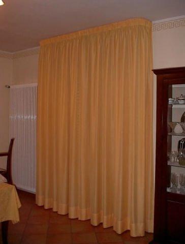 tenda gialla in un salotto