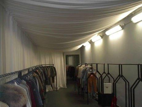 tendaggio bianco in un laboratorio di moda