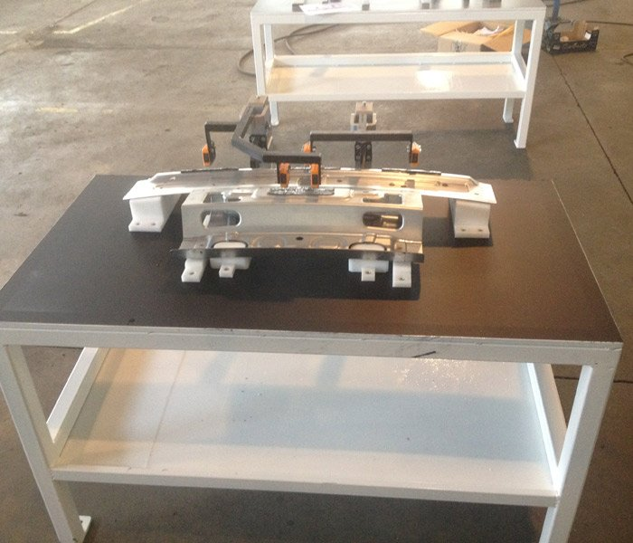 banco di lavoro con pezzi di metallo