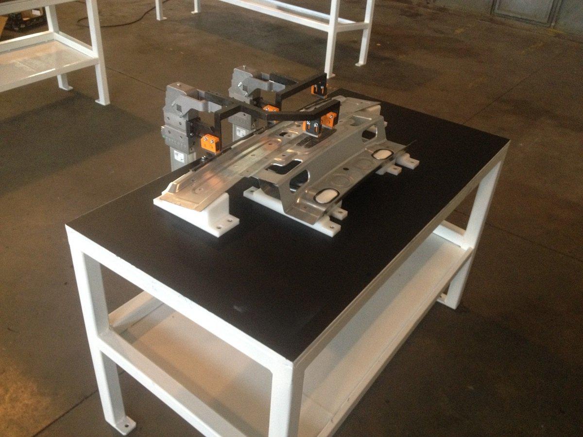 Oggetto metallico su  tavolo