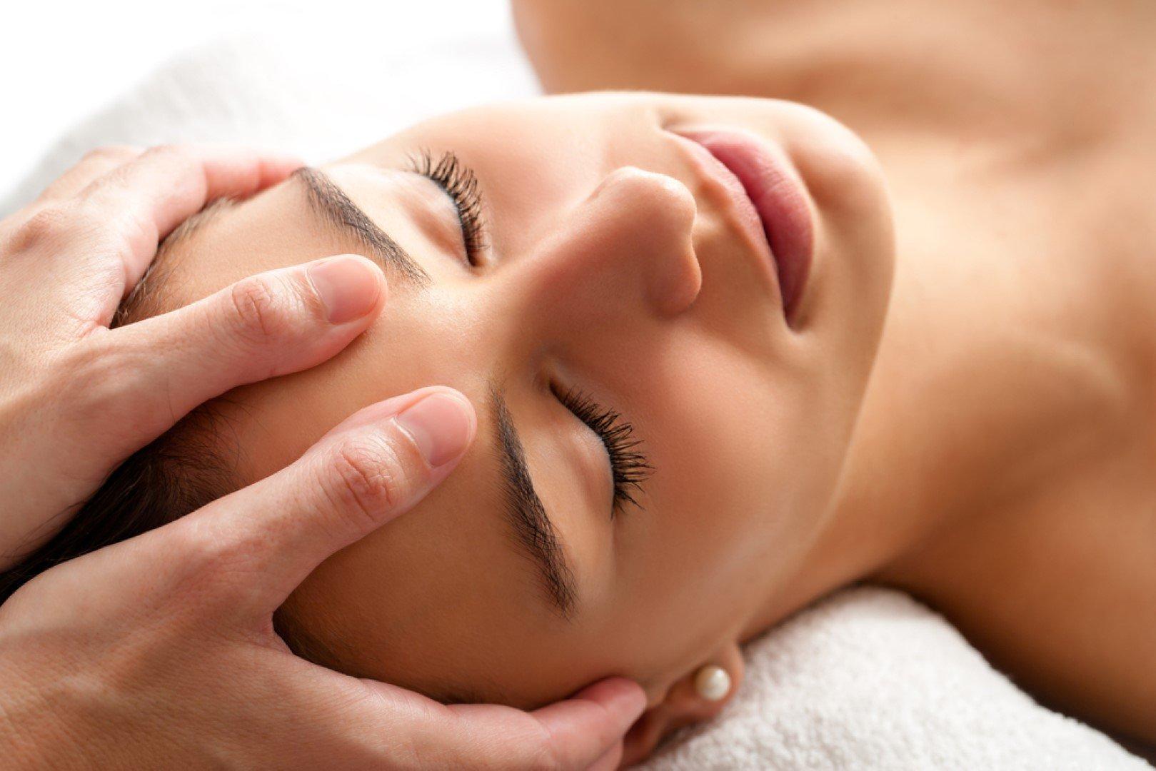 massaggio alla fronte