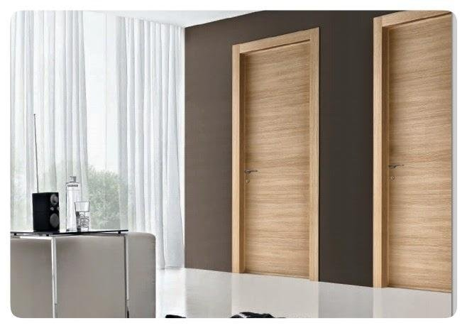 Stanza con porta interna legno chiaro