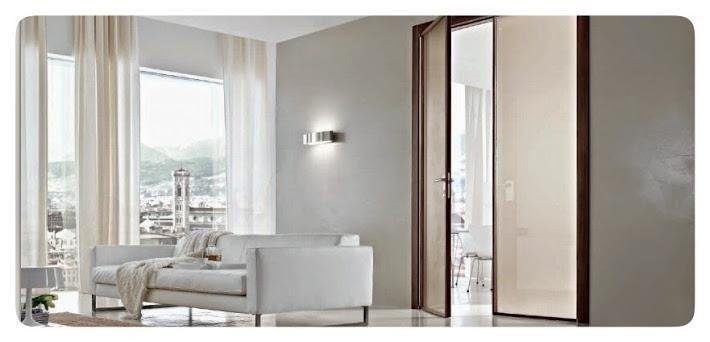 salotto con divano bianco e una porta
