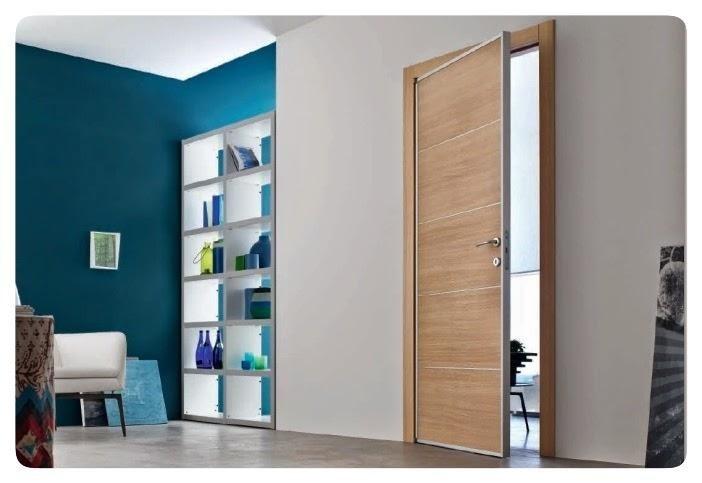 parete bianca e azzurro petrolio e una porta in legno