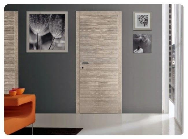 parete grigia e porta in legno chiaro