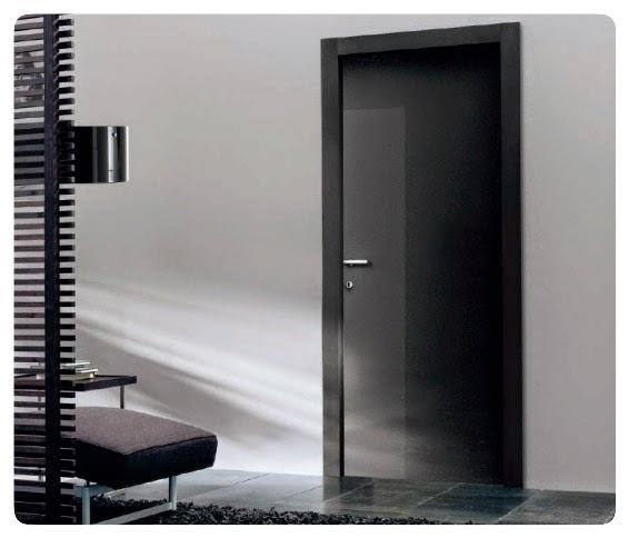 parete bianca e porta nera
