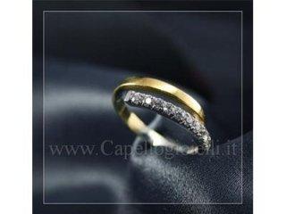 anello con fascia di zirconi