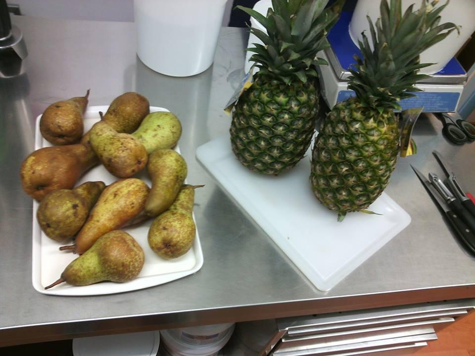 pere e ananas appoggiate su un tavolo