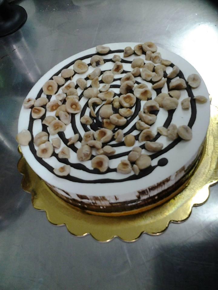 torta con panna glassa di cioccolato e pezzetti di banana