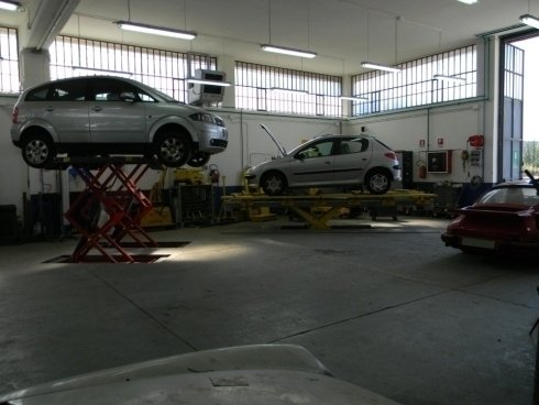 Automobili in riparazione