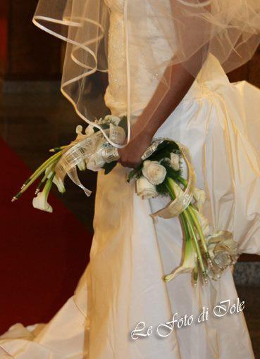 una sposa con un abito di color bianco con un velo