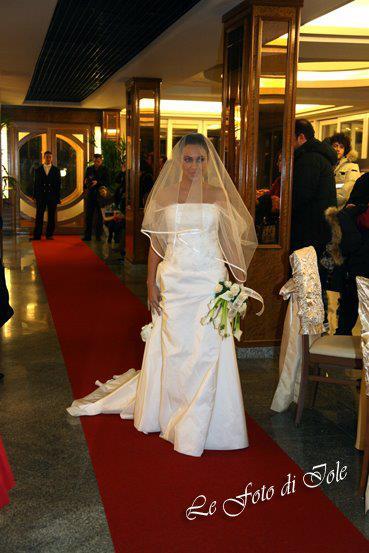 una sposa mentre cammina su un tappeto rosso