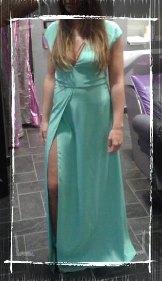 una donna con un abito lungo di color turchese