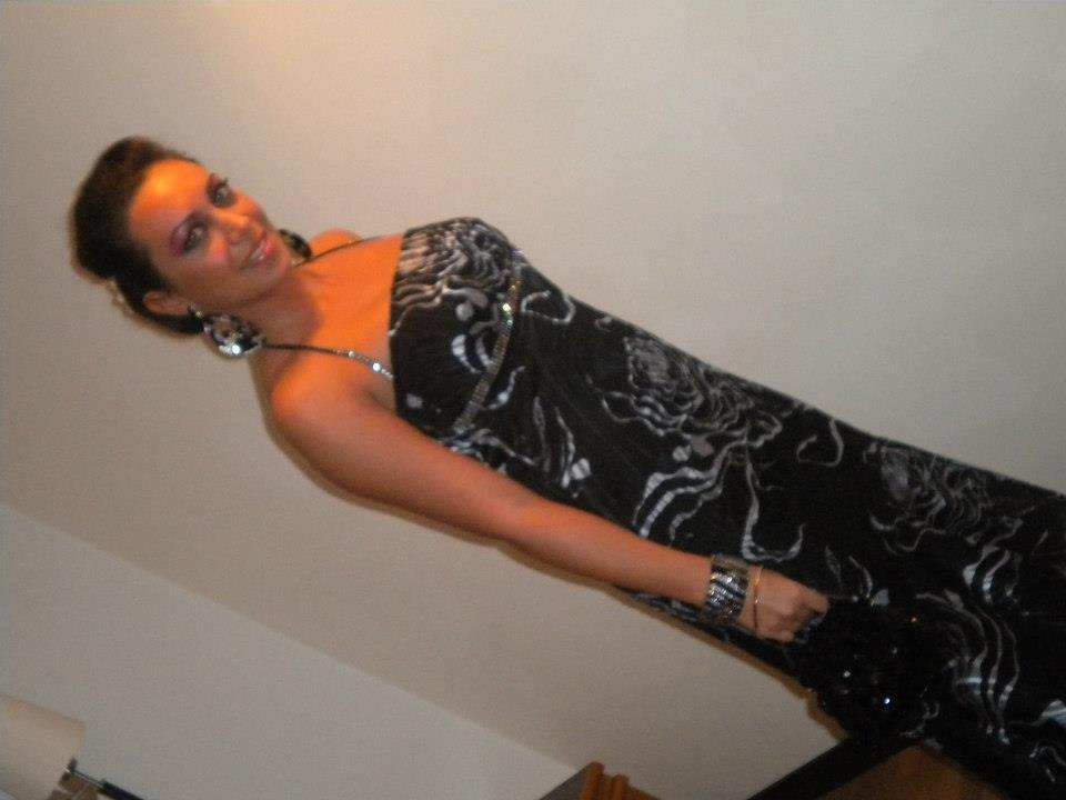 una donna con un abito lungo di color nero