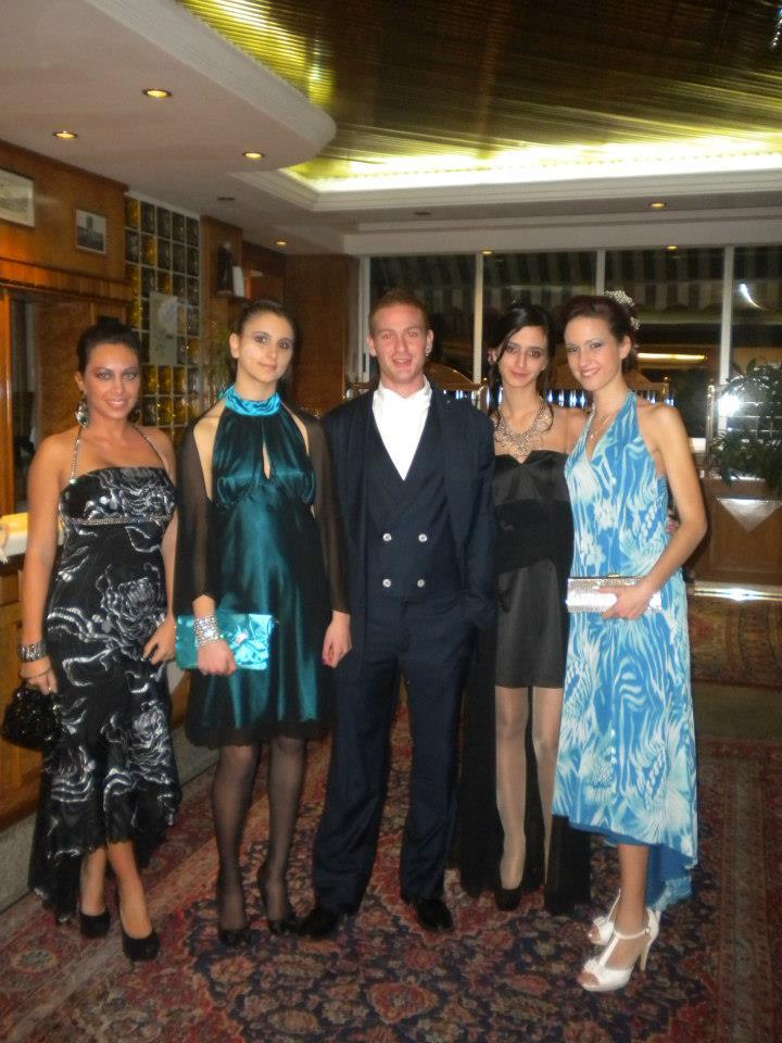 un uomo con un  completo e quattro donne in abito da sera