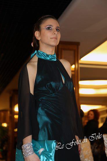 una donna con un abito in raso di color turchese