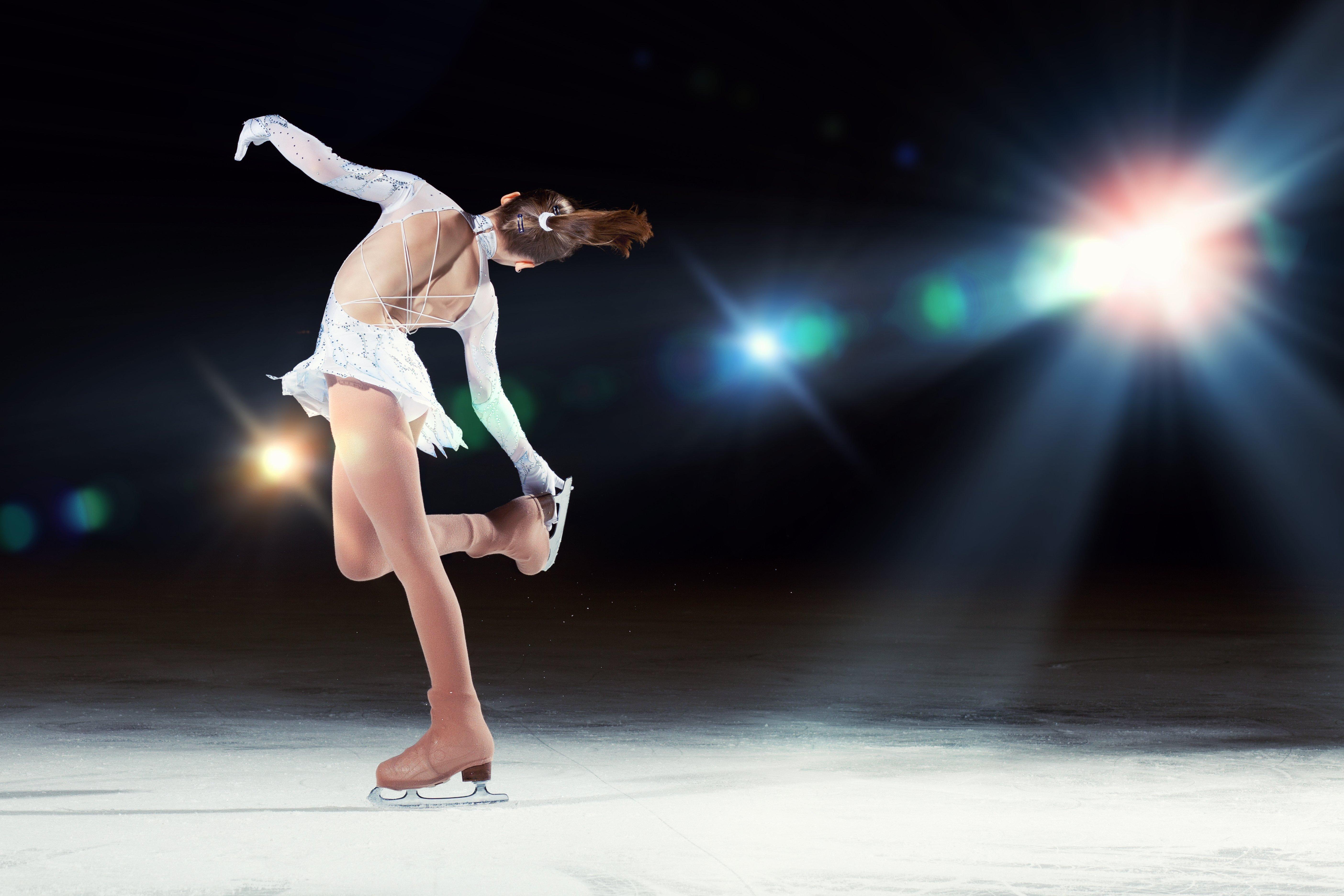una bambina durante un'esibizione di pattinaggio artistico sul ghiaccio