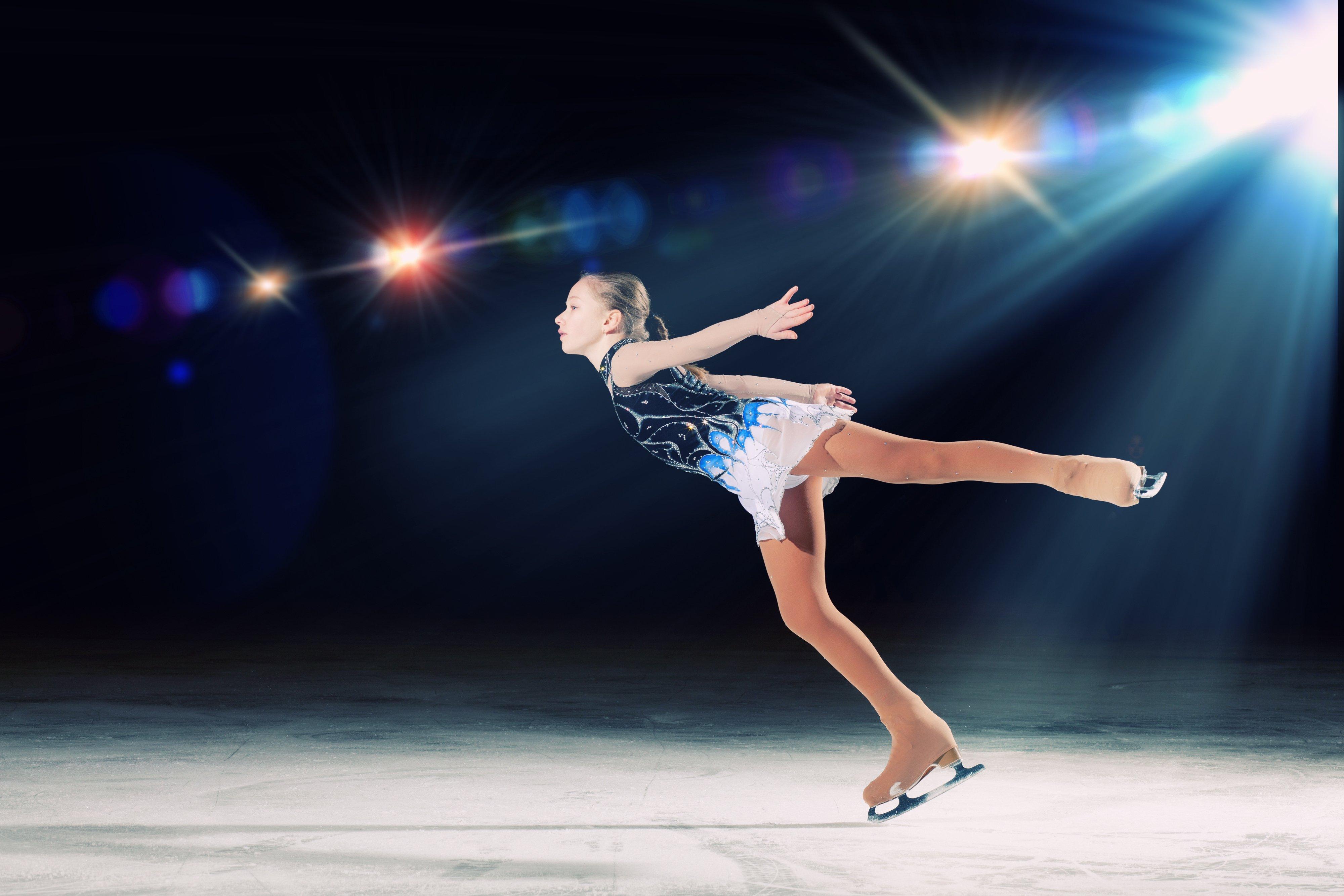 una bambina che pattina sul ghiaccio