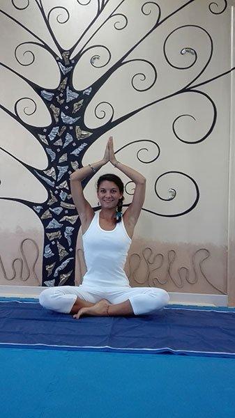 Insegnante di hatha yoga in posizione yoga seduta
