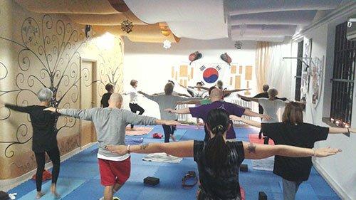 gruppo di persona in palestra a fare hatha yoga