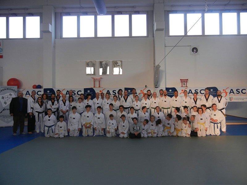 foto di gruppo di squadra di taekwondo