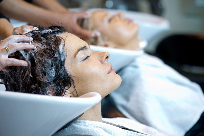 Lavaggio con shampoo parrucchiera C Acconciature, Torino