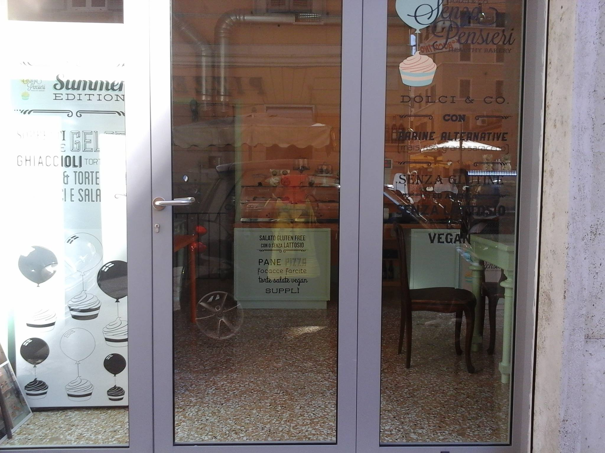 Porta d' ingresso della pasticceria Senza Pensieri Healthy Bakery