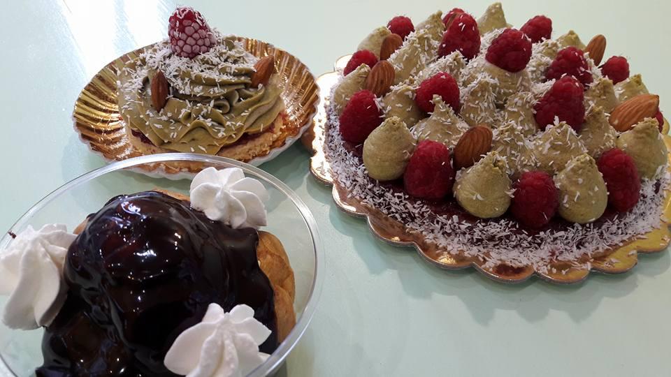 Varie torte con lamponi,fragole cioccolato e meringa