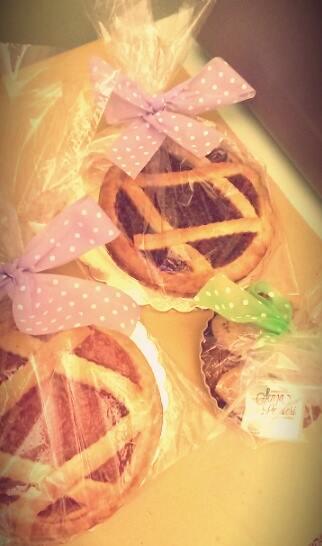 Crostate di marmellata coperte da un velo con fiocco rosa a pois