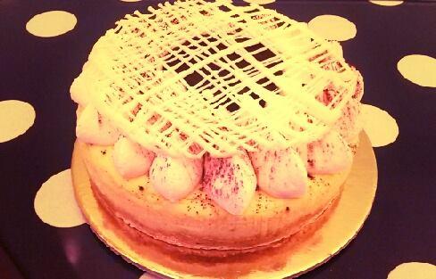 Torta Saint Honore con rete di cioccolato bianco